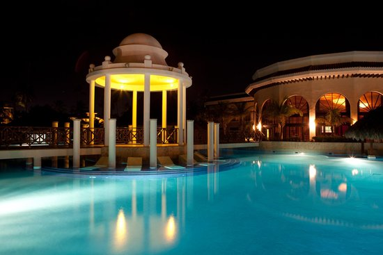Paradisus Palma Real Golf & Spa Resort: The Pool at Night