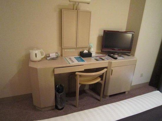 Mercure Hotel Yokosuka: 机とTV