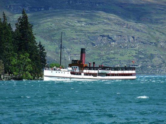 Real Journeys - TSS Earnslaw Vintage Steamship Cruises : The TSS Earnslaw arriving back in Queenstown.