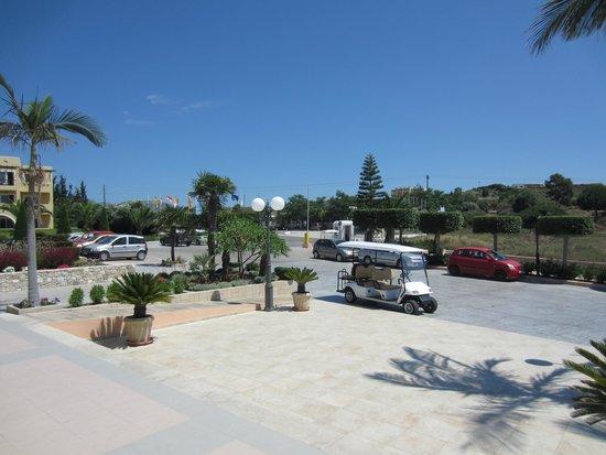 Horizon Beach Resort: Hotelvorplatz
