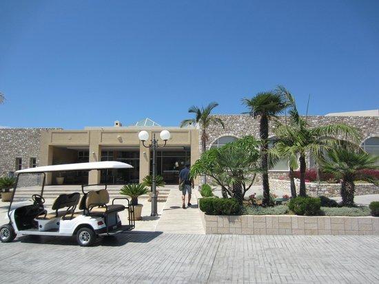 Horizon Beach Resort: Vorplatz des Hotels
