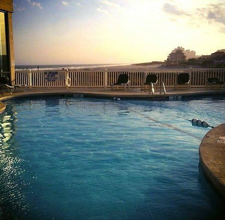 Sands Beach Club Resort: Pool at Sunset