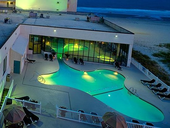Sands Beach Club Resort: Evening at the Pool