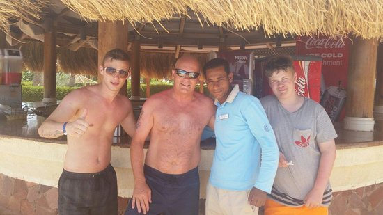 Aurora Oriental Resort Sharm El Sheikh : Adam, Andy and keelan with Ali the most helpful barman and pool attendent at the oriental resort