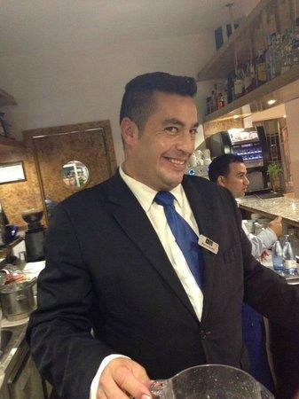 H10 Las Palmeras: bar man