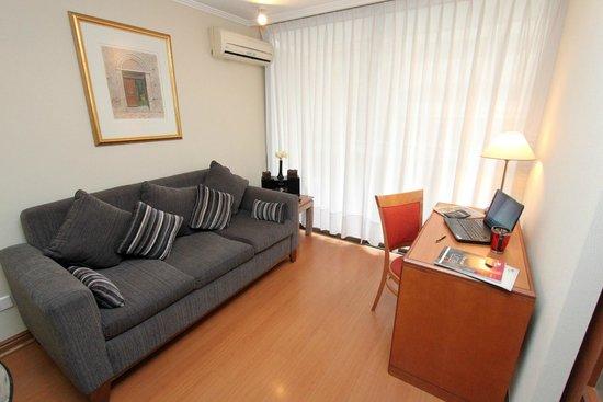 RQ Providencia: Sala de estar con sillón y escritorio para trabajar