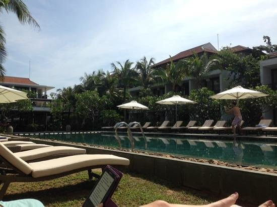 Vinh Hung Emerald Resort: looking over the pool to hotel rooms