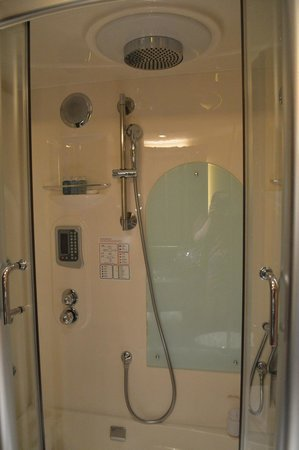 Hotel Lisboa Macau: Hi-tech shower