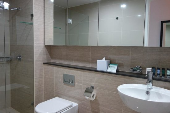 Meriton Serviced Apartments Campbell Street: Soap dish is away from the sink