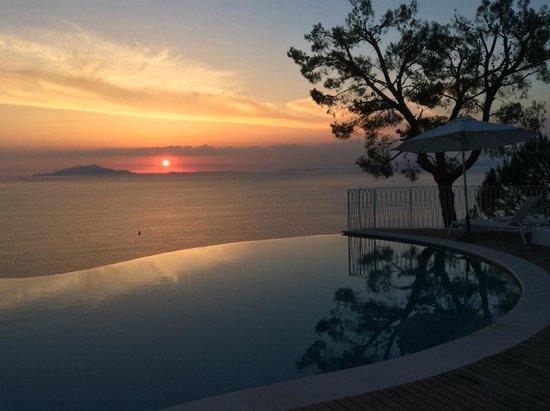 Relais Blu Belvedere: Vue depuis piscine sur baie de Naples et Ischia