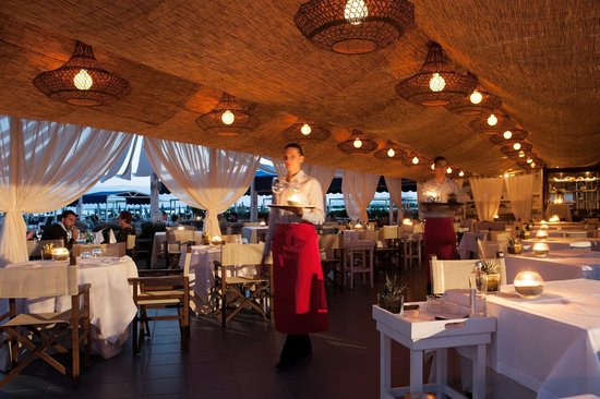 Augustus Hotel & Resort: restaurant on the beach