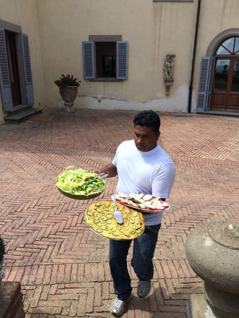 Castello di Cabbiavoli: Kristy, the house manager bringing SImona's amazing food out for lunch!