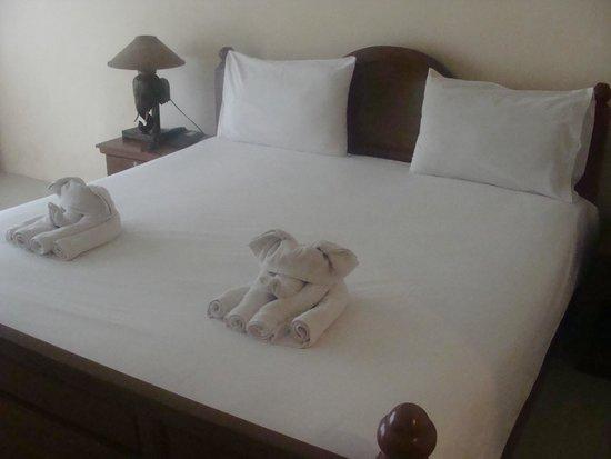 Aonang Goodwill: Quarto e os elefantinhos na cama