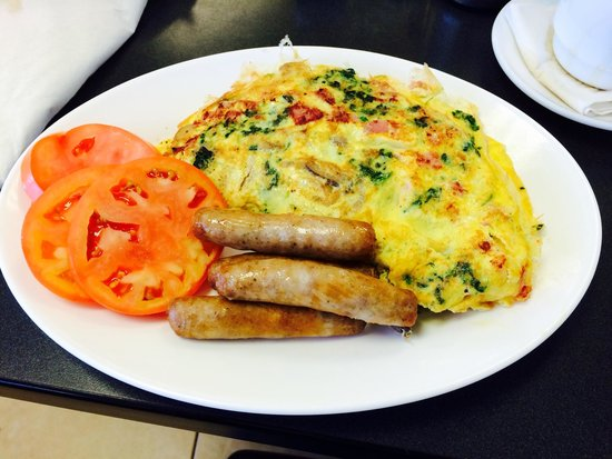 Robert's Restaurant: Ham, spinach and mushroom omelette with tomatoes and turkey links