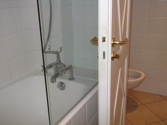 Hotel Brighton - Esprit de France: Bath and shower
