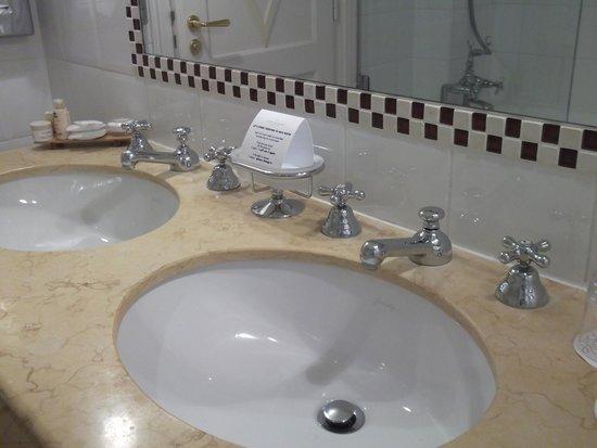 Hotel Brighton - Esprit de France: Lovely bathroom