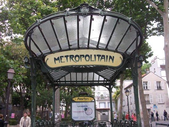 Hotel Brighton - Esprit de France: Iconic metro sign