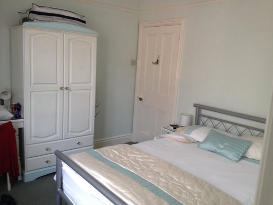 Hill House Guest House: My 'single' bedroom was so spacious and bright