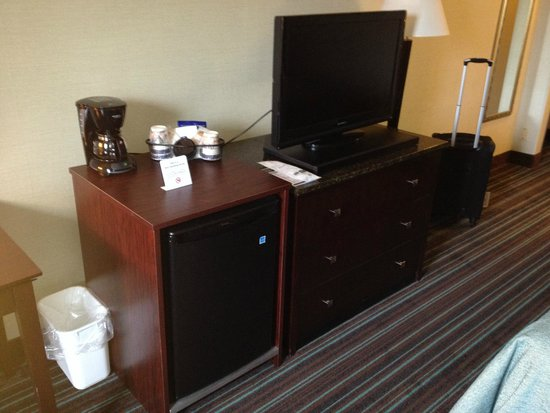 Best Western Plus Lockport Hotel: Fridge, dresser and TV all appeared new