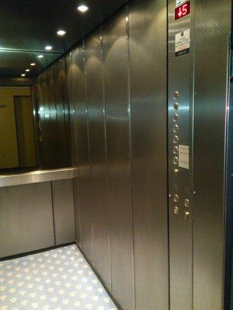 Königshof Top Hotel: Лифт