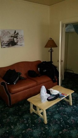 Dow Villa Motel: Gloomy decor. Coat of paint and a new carpet needed