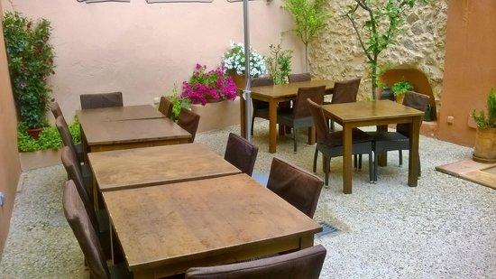 Peperoncino: Courtyard area
