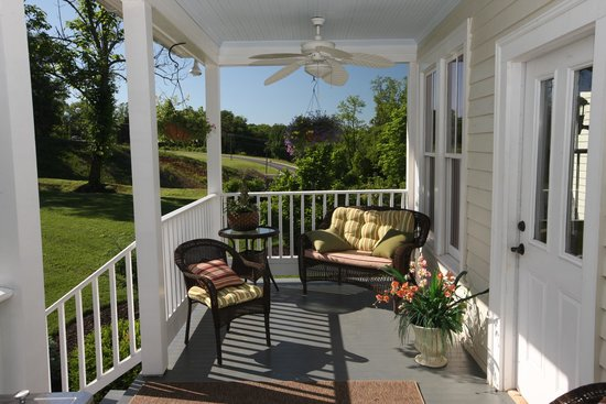 Chestnut Hill Bed & Breakfast Inn: Rear Porch
