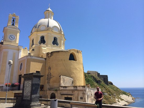 6 Small Rooms B & B: Day trip to Procida with the owner..
