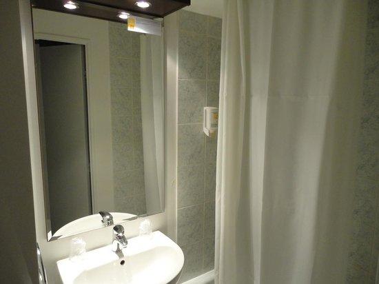 Adagio Access Vanves Porte de Versailles : Lavandino e doccia