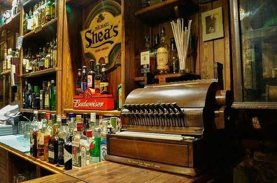 The 1916 Irish Pub: bar