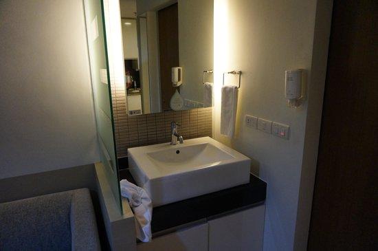 Citadines Sukhumvit 8 Bangkok : aperçu lavabos la douche est a droite