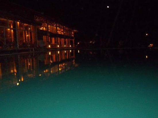 Insight Resort: ночной вид на лаунж зону отеля и на ресторан