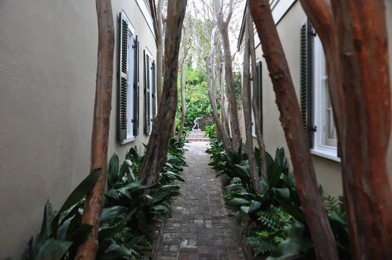 Audubon Cottages: Walkway from street entrance to courtyard