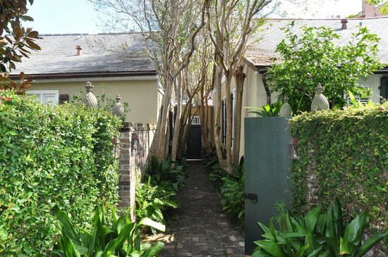 Audubon Cottages: Walkway from courtyard to street exit