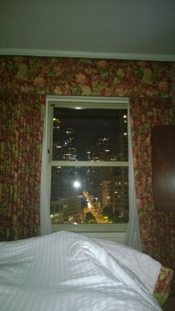 Mayflower Park Hotel : Clean room, great view, ugly curtains