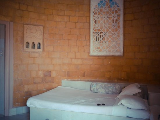 Himmatgarh Palace : Round room & tiny bed crammed against the wall