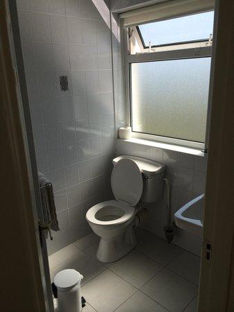 Sli Na Mara: The bathroom was clean. Just keep the window close so bugs, moths, Mosquitos and flies don't buz