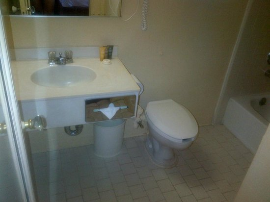 Hotel Whitcomb: Small bathroom - outdated