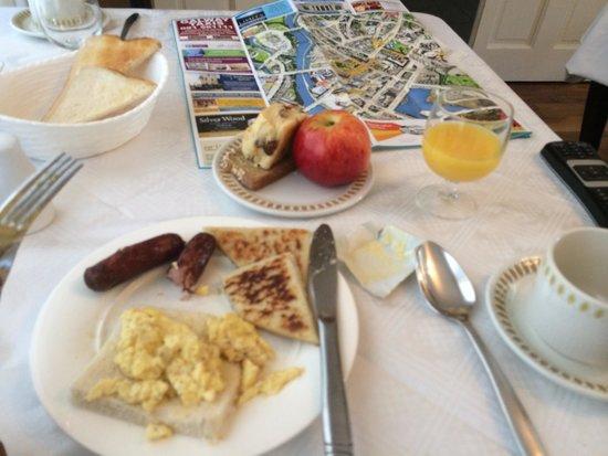 Sli Na Mara : I liked the breakfast. Simple. The tea was good.