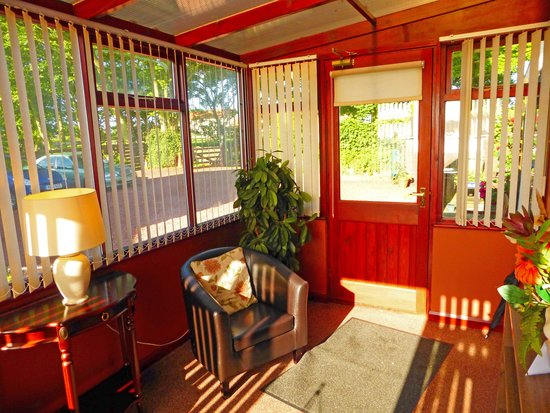 The Bungalow Guest House: Light and welcoming entrance hall