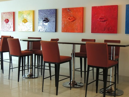 Hotel Urbano: Welcoming, art filled bar
