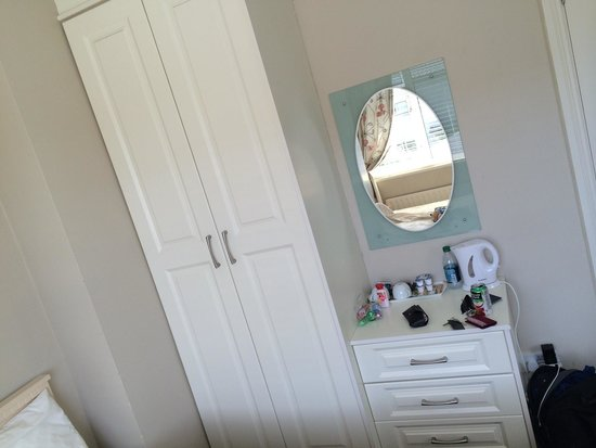 Sli Na Mara: Nice wardrobe and dresser with mirror.