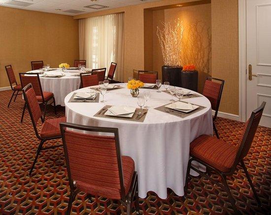 Courtyard Washington, DC/Dupont Circle: Oak Room (Meeting room) - set up in rounds