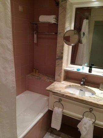 Lisbon Marriott Hotel: pink bathroom