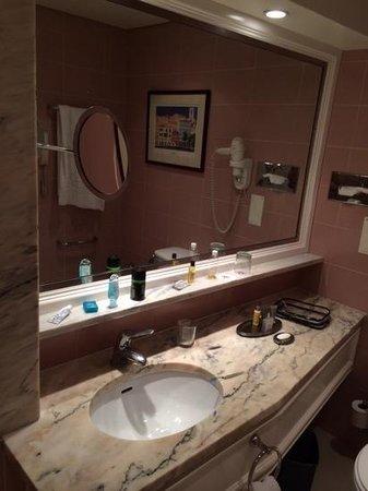 Lisbon Marriott Hotel: pink and marble bathroom