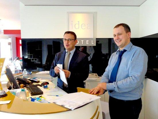 Idea Hotel Plus Milano Malpensa Airport: Michele and Ennio at the front desk