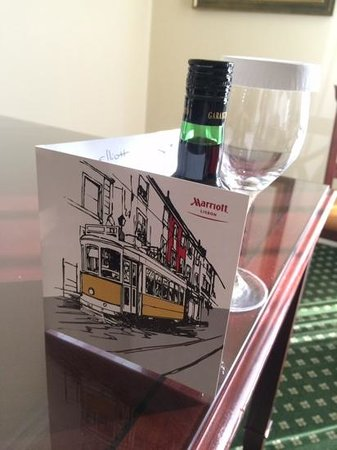 Lisbon Marriott Hotel: apology for no hot water