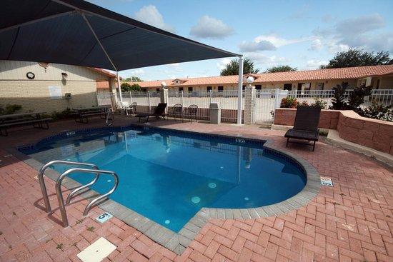Edinburg Executive Inn: pool area with Shade