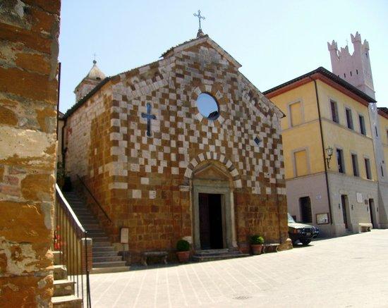 Trequanda, Italia: facciata sulla piazza