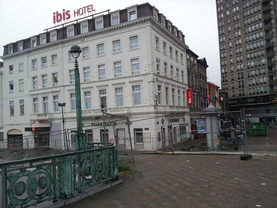 Ibis Charleroi Centre Gare: Vista da fachada do hotel